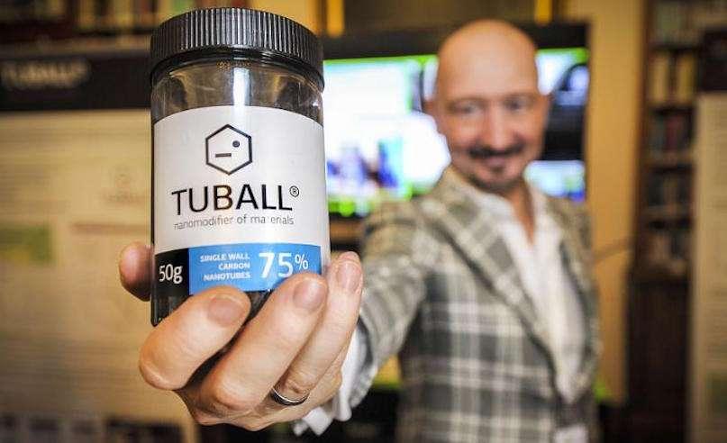 Юрий Коропачинский, президент OCSiAl Group, демонстрирует первый коммерческий продукт Tuball - одностенные углеродные нанотрубки