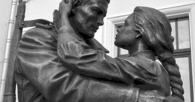 """Памятник """"Прощание славянки"""" на Белорусском вокзале в Москве"""